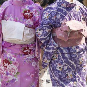 s-Geisas-wearning-traditional-Kimono-000063110793_Full